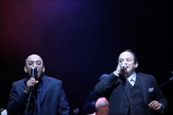 Juan Formell (i) y Lele Rosales (d), integrantes del grupo cubano Los Van Van, se presentan durante un concierto en el teatro James L. Knight Center de Miami, Florida (EEUU). EFE