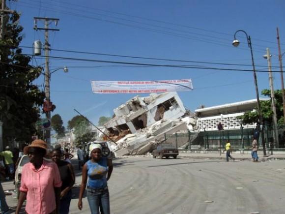 Restos de la ciudad desvastada por el sismo, en Haití, a tres semanas del terremoto, el 1 de febrero de 2010. AIN FOTO/Armando PEÑA GUERRA