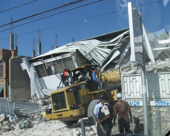 Equipamiento pesado, usado para la limpieza de escombros, en Haití, a tres semanas del terremoto, el 1 de febrero de 2010. AIN  FOTO/Armando PEÑA GUERRA