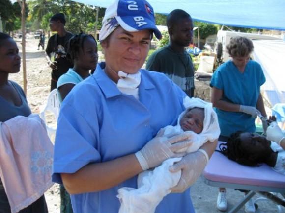 Médicos norteamericanos graduados en la ELAM viajan a Haití para integrar equipo cubano