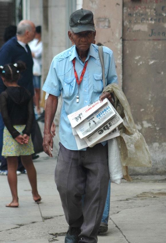 El cartero, que lleva el periódico hasta su ventana