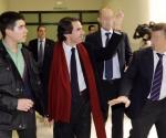 José María Aznar responde groseramente a los estudiantes que lo abuchean. Foto: El País