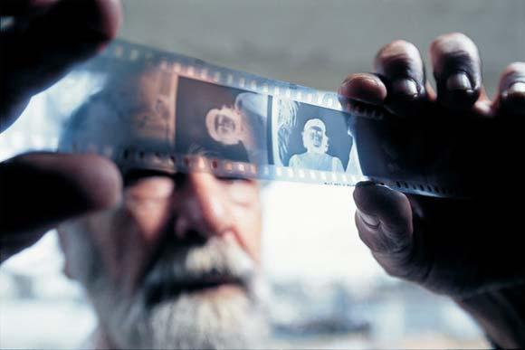 Korda observa los negativos de la foto tomada al Comandante Ernesto Che Guevara