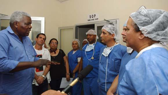 Esteban Lazo (I), miembro del Buró Político, conversa con médicos cubanos durante una visita de trabajo a Haití el 8 de febrero de 2010. AIN Foto: Juvenal Balan Neyra