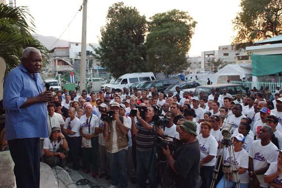 Esteban Lazo (I), miembro del Buró Político, durante una visita de trabajo a Haití el 8 de febrero de 2010. AIN Foto: Juvenal Balan Neyra