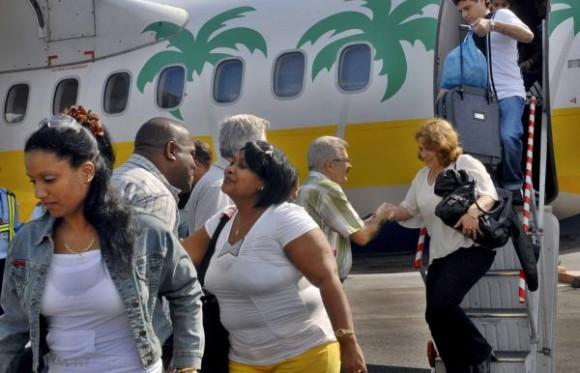 """Recibe Roberto Gonzáles Martín, viceministro cubano de salud, a Brigada Médica de la """"Operación Milagro"""", que se encontraba colaborando en la Republica de Panamá, a su llegada a la Habana, el 2 de febrero de 2010. AIN FOTO/Oriol de la Cruz ATENCIO"""