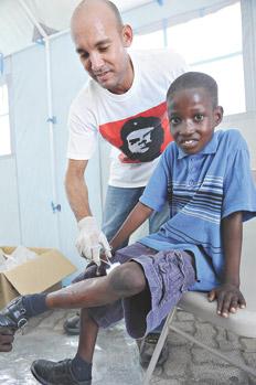 Los médicos cubanos llegaron a Haití y se desplegaron en diez provincias desde los huracanes del '98.