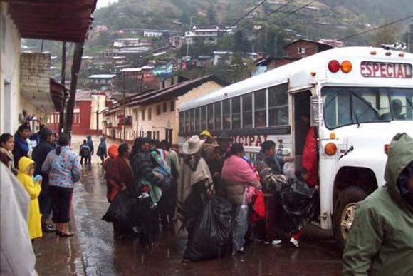 Decenas de personas son evacuadas en un bus hoy, viernes 5 de febrero de 2010, en Angangeo, estado de Michoacán (México). Las fuertes lluvias que azotan en las últimas horas a los centrales Distrito Federal y Estado de México y el occidental de Michoacán, donde murieron tres niños a causa de la crecida de un río, obligaron al Ejército a activar el Plan DN-3, de auxilio a la población en casos de desastres naturales. EFE Foto: Quadratín