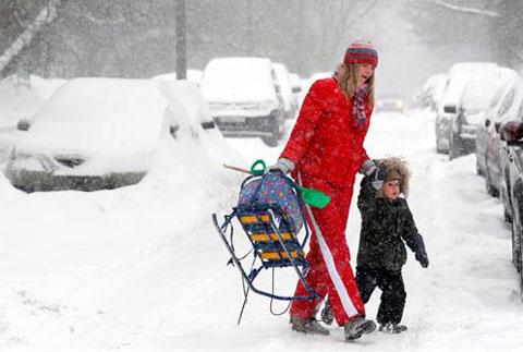 Una mujer y su hijo caminan con dificultad por las calles nevadas de Moscú, Rusia, tras una fuerte nevada, lunes, 22 de febrero de 2010. EFE Foto: Sergei Chirikov
