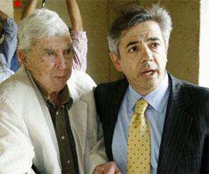 Luis Posada Carriles (I) y su abogado Arturo Hernández (D), tras salir en libertad en 2007, en Miami. AP Foto