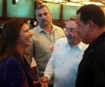 Los presidentes Hugo Chávez y Raúl Castro, saludaron este martes a la presidenta electa de Costa Rica, Laura Chinchilla.