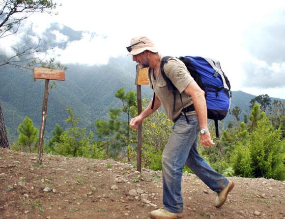 Uno de los exploradores mientras subía las montañas. Foto: Kaloian