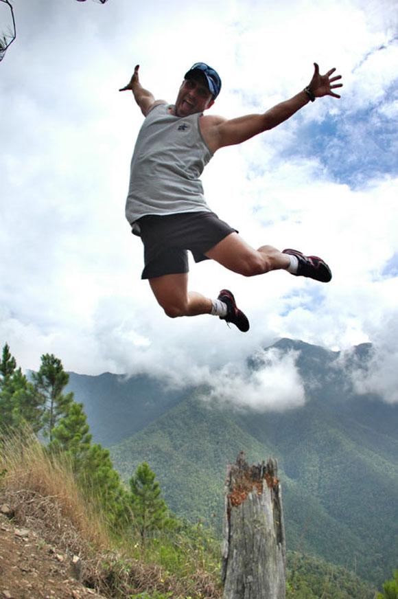 Otro de los exploradores en un gran salto a su paso por las montañas de la Sierra Maestra. Foto: Kaloian