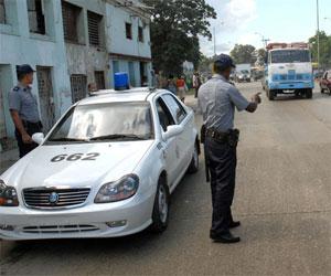 Agentes de Patrulla controlan el tránsito para mayor seguridad en la vía.