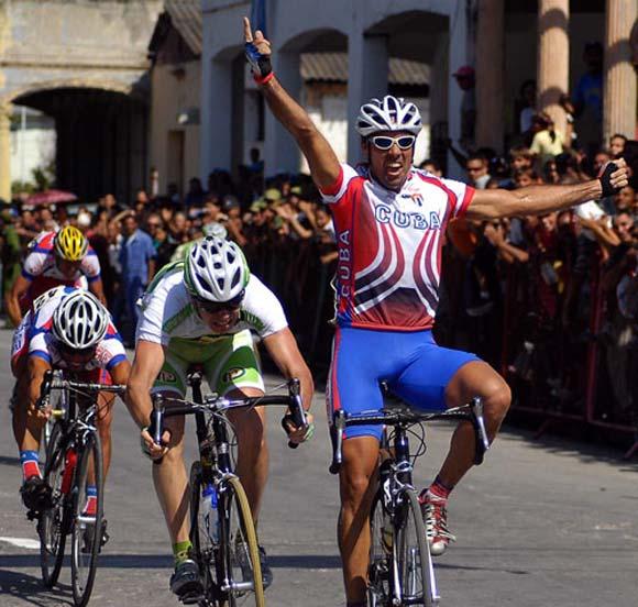 Vueltas Ciclísticas a Cuba. Recorrido entre Santiago de Cuba y Manzanillo. Pedro Pablo gana el circuito.