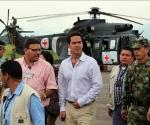 El alto comisionado para la Paz del Gobierno colombiano, Frank Pearl (c), camina hoy, lunes 29 de marzo de 2010, en el aeropuerto Gustavo Artunduaga Paredes de Florencia (Colombia), delante de uno de los dos helicópteros que serán utilizados el próximo martes durante la liberación del sargento Pablo Emilio Moncayo, quien lleva más de 12 años en poder de las Fuerzas Armadas Revolucionarias de Colombia (FARC), y que recobrará mañana la libertad si todo sale como está previsto. EFE/MAURICIO DUEÑAS