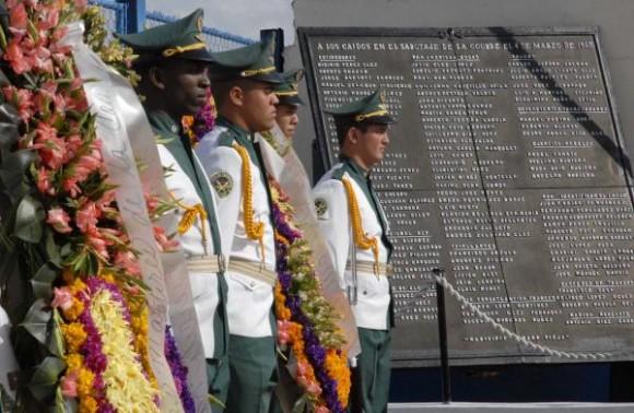 """Ofrenda floral en el acto por el 50 aniversario de la explosión del barco francés """"La Coubre"""" en el puerto de La Habana, Cuba, el 4 de marzo de 2010. AIN FOTO/Omara GARCIA MEDEROS"""