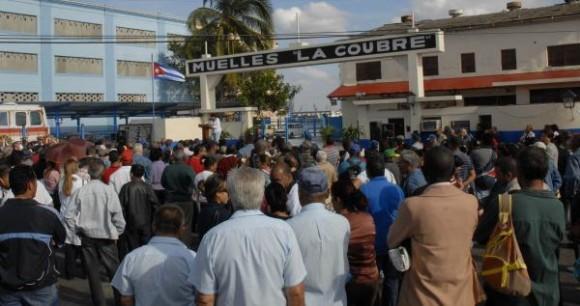 """Acto por el 50 aniversario de la explosión del barco francés """"La Coubre"""" en el puerto de La Habana, Cuba, el 4 de marzo de 2010 AIN FOTO/Omara GARCIA MEDEROS"""