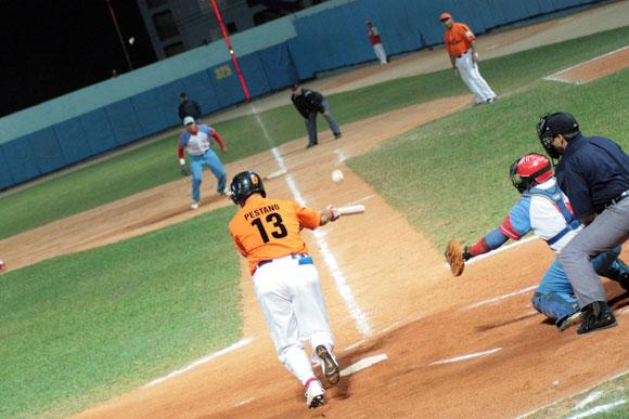 Ariel Pestano receptor villaclareño toca la bola