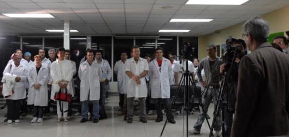 """Integrantes de la brigada médica cubana, que parte hacia Chile a prestar ayuda por el devastador terremoto que azotó a ese país, en el aeropuerto internacional """"José Martí"""", en Ciudad de La Habana, el 02 de marzo de 2010. AIN FOTO/Omara GARCIA MEDEROS"""