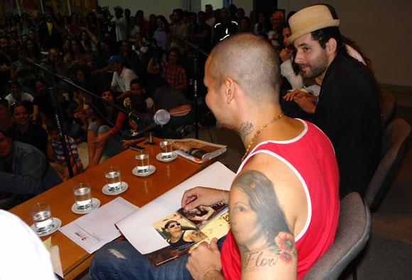 Jóvenes artistas cubanos entregaron a René Pérez de Calle 13 muestras de sus discografías, durante el intercambio en la Casa de las Américas, Cuba. Foto: Marianela Duflar