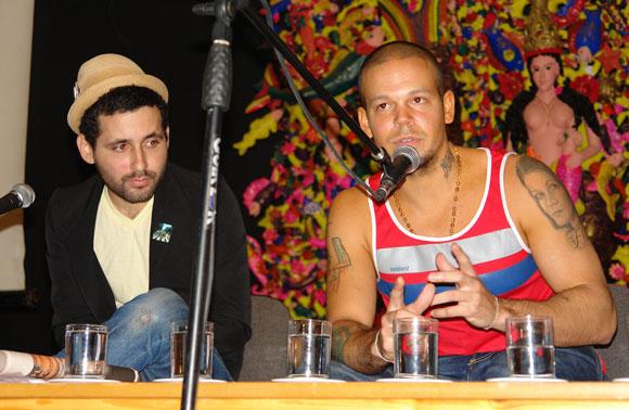 Visitante (I) y Residente (D) de Calle 13 en la Casa de las Américas, Cuba. Foto: Marianela Duflar