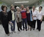 Calle 13 con los familiares de los Cinco: Olga, Mirta, Elizabeth y Adriana  Foto: Enrique de la Osa/ Reuters