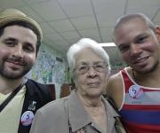 Calle 13 con los familiares de los Cinco: Mirta Rodríguez, la madre de Antonio Guerrero.  Foto: Enrique de la Osa/ Reuters