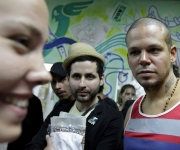 Calle 13 con los familiares de los Cinco: la hija de Ramón Labañino.  Foto: Enrique de la Osa/ Reuters