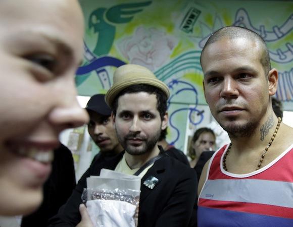 Calle 13 con los familiares de los Cinco: de perfil, Laura, la hija de Ramón Labañino. Foto: Enrique de la Osa/ Reuters