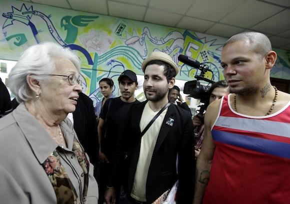 Calle 13 con Mirta Rodríguez, madre de Antonio Guerrero.  Foto: Enrique de la Osa/ Reuters