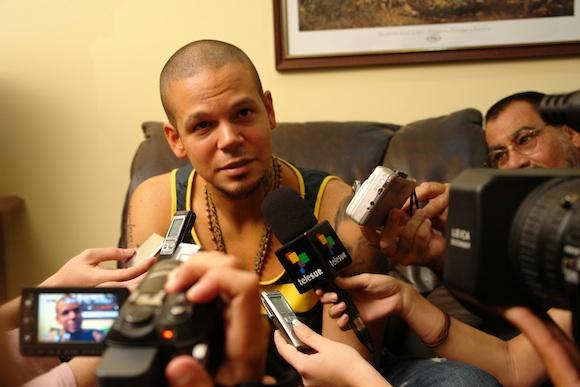 Calle 13 en Cuba: René Pérez en el Aeropuerto José Martí. Foto: Cubadebate