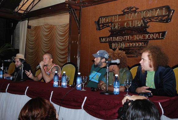 De derecho, Eduardo Cabra, René Pérez, Alexis Leiva (Kcho) y Kelvis Ochoa en el Hotel Nacional.