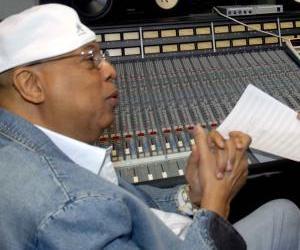 """El pianista y compositor cubano Chucho Valdés en los estudios Ojalá durante la grabación de la canción """"Haití Volverá""""."""