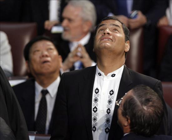 El presidente de Ecuador, Rafael Correa (d), reacciona ante un terremoto de 7,2 grados en la escala de Richter que se dejó sentir hoy, jueves 11 de marzo de 2010, en Valparaíso (Chile), antes del acto de juramento de Sebastián Piñera como nuevo mandatario chileno. EFE/Leo La Valle