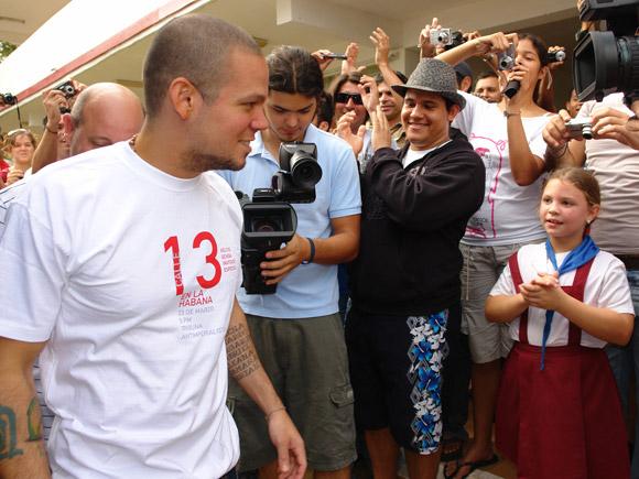 Calle 13 visitó la Escuela Internacional de San Antonio de los Baños