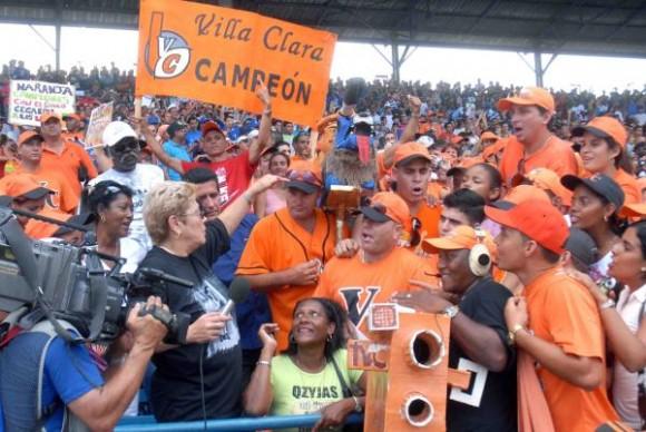 Momentos del cuarto juego de Industriales frente a Villa Clara. Foto: Marcelino Vázquez / AIN