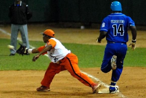 Yoandry Urgelles, del equipo industriales durante una jugada en primera base. Foto: Marcelino Vázquez / AIN