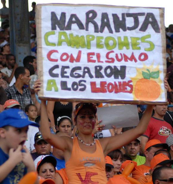 Desde el público respaldo al equipo de Villa Clara. Foto: Oscar Alfonso Sosa / AIN