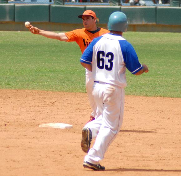 Yandris Canto (I), jugador del equipo de Villa Clara,pivotea en segunda base. Foto: Oscar Alfonso Sosa / AIN