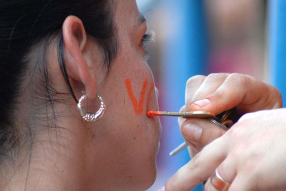 Aficionada pinta las siglas de Villa Clara. Foto: Oscar Alfonso Sosa / AIN