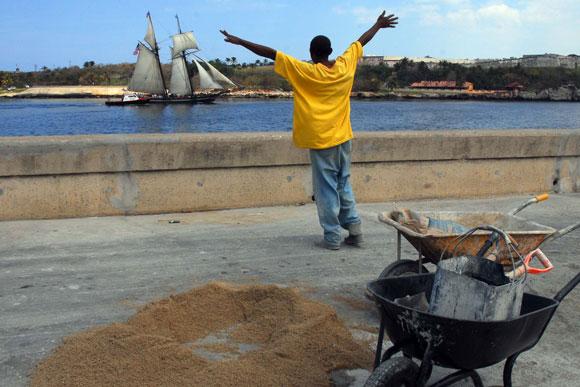 La réplica estadounidense de la goleta española Amistad, a su entrada al Puerto cubano
