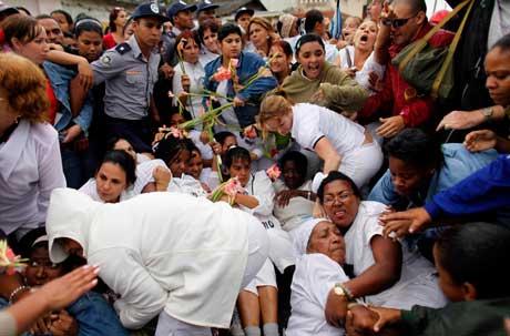 """La policía cubana cuidando la integridad de las """"Damas""""."""