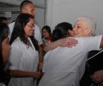 Familiares del joven canadiense Terry Fox, símbolo de la lucha contra el cáncer, comparten con estudiantes de la Escuela Latinoamericana de Medicina (ELAM) de La Habana, Cuba, con motivo de una visita a dicho plantel estudiantil, el 19 de marzo de 2010.