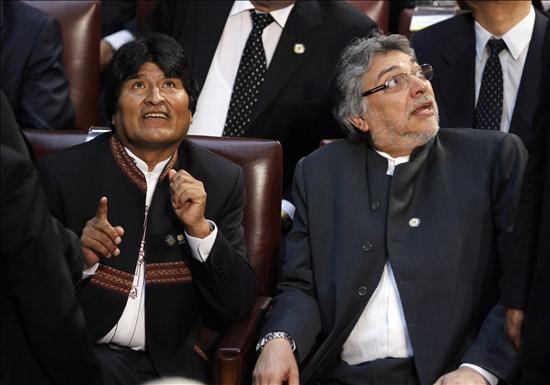 Foto: Los presidentes de Bolivia, Evo Morales (i), y de Paraguay, Fernando Lugo (d), reaccionan ante un terremoto de 7,2 grados en la escala de Richter que se dejó sentir hoy, jueves 11 de marzo de 2010, en Valparaíso (Chile), antes del acto de juramento de Sebastián Piñera como nuevo mandatario chileno. EFE/Leo La Valle