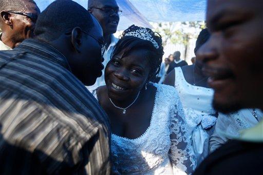 Marie Neslene Leon es felicitada por amigos y familiares después de su boda en frente de la destruida catedral de Notre Dame de Haití en el centro de Puerto Príncipe el domingo 28 de febrero de 2010. (AP Foto/Esteban Felix)