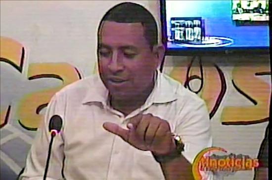 Fotografía tomada de un video cedida hoy, lunes 13 de marzo de 2010, en la que se observa al periodista hondureño Nahum Palacios, quien fue asesinado la noche del domingo en Tocoa, departamento caribeño de Colón (Honduras). El crimen se registró hacia las 22.30 hora local (04.30 GMT del lunes), cuando Palacios, de 36 años, se dirigía hacia su residencia en la colonia (barrio) Los Pinos, en su automóvil, según explicó el portavoz de la Policía, Leonel Sauceda, a periodistas. EFE/Cortesía Diario Tiempo