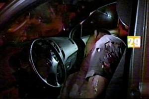 Fotografía tomada de un video cedida hoy, lunes 13 de marzo de 2010, en la que se observa el cuerpo sin vida del periodista hondureño Nahum Palacios tras ser atacado la noche del domingo en Tocoa departamento caribeño de Colón (Honduras). El crimen se registró hacia las 22.30 hora local (04.30 GMT del lunes), cuando Palacios, de 36 años, se dirigía hacia su residencia en la colonia (barrio) Los Pinos, en su automóvil, según explicó el portavoz de la Policía, Leonel Sauceda, a periodistas. EFE/Cortesía Diario Tiempo