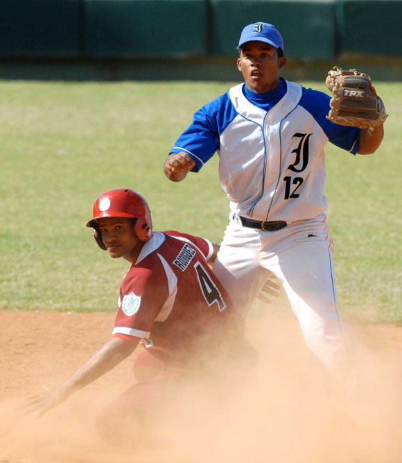 http://www.cubadebate.cu/wp-content/uploads/2010/03/industriales-habana-beisbol-cuba-19.jpg