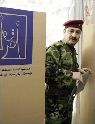 Un militar iraquí deposita su voto en un colegio electoral de Bagdad. AFP